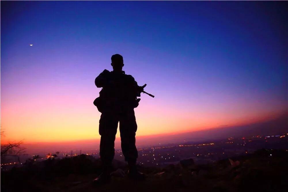 夜幕下的哨兵